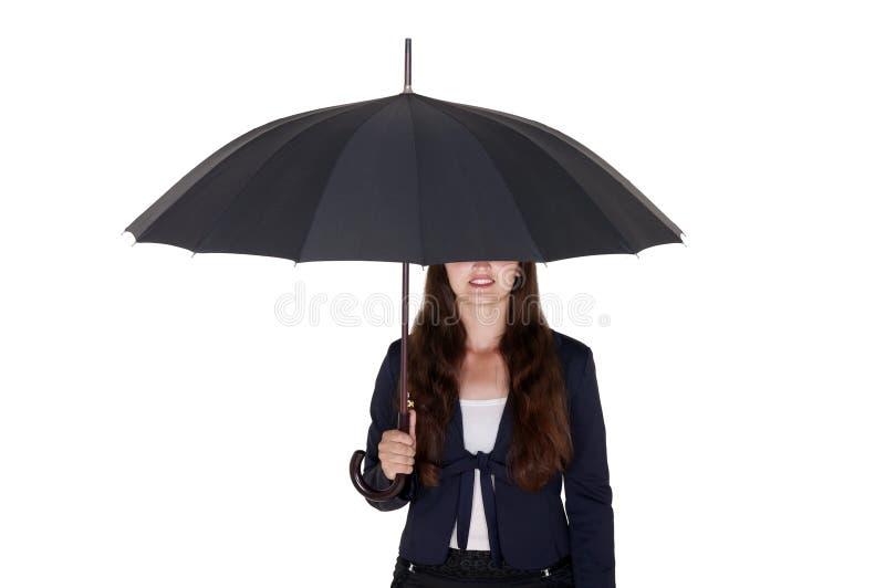 女商人在一把黑伞下 免版税库存图片