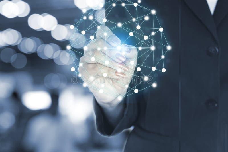 女商人在全球网络的手文字和数据、技术和社会媒介概念 免版税库存图片
