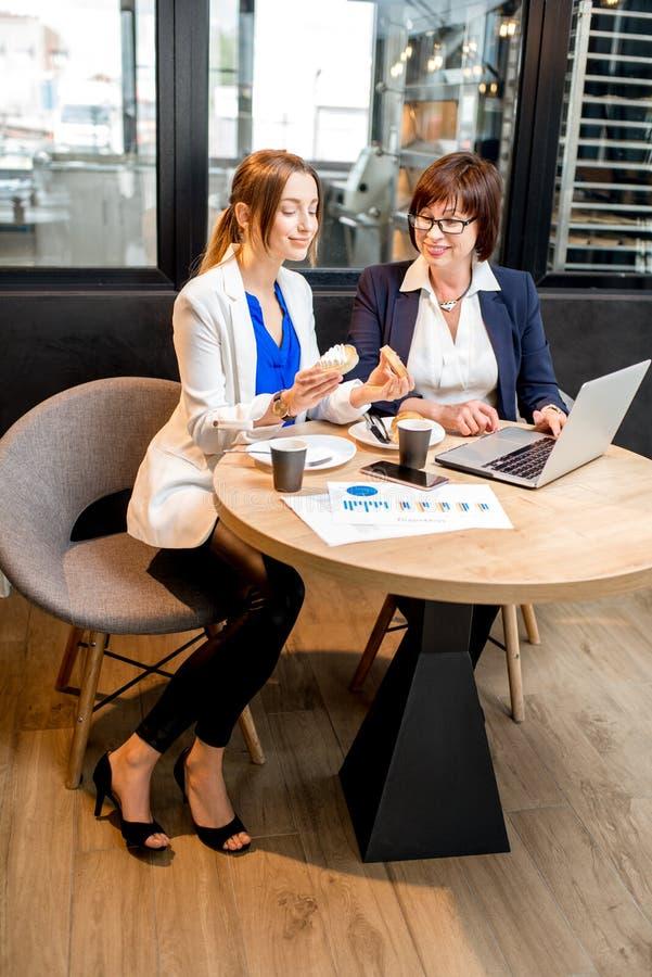 女商人在咖啡馆的咖啡时光 免版税库存图片