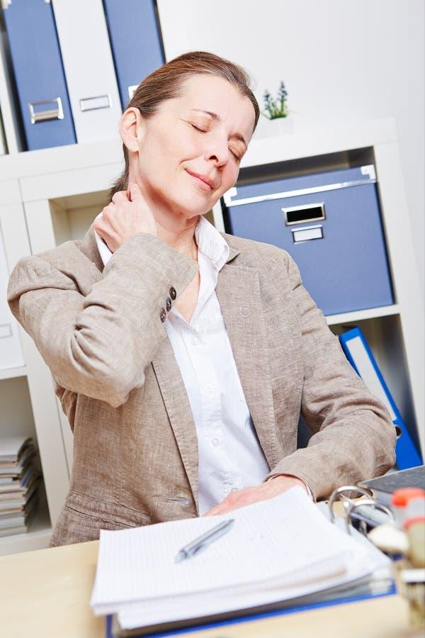 女商人在她的感觉痛苦 免版税库存图片
