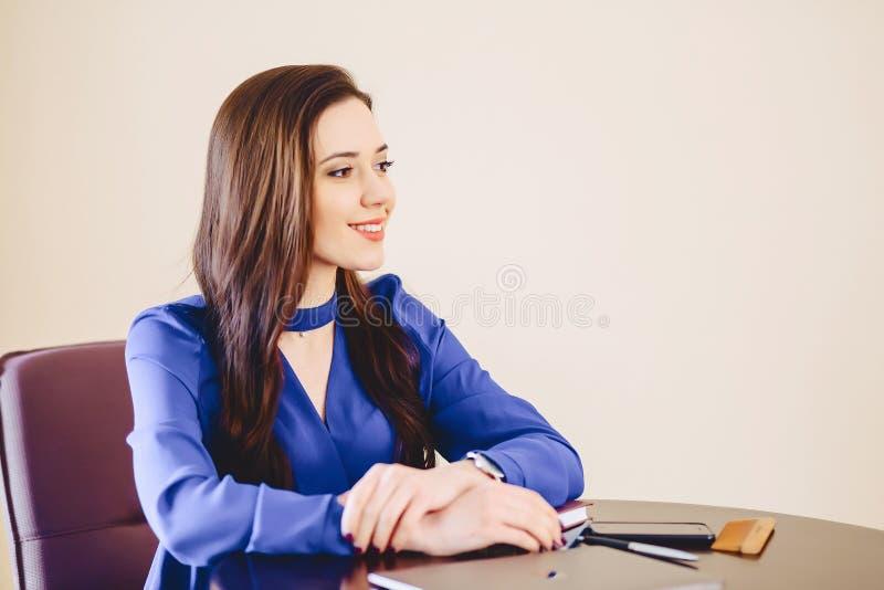 女商人在膝上型计算机后的办公室 免版税库存照片