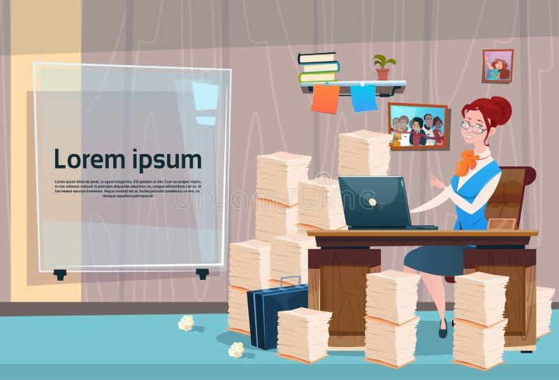 女商人坐的书桌工作地点办公室内部工作量女实业家工作场所被堆积的文件 向量例证