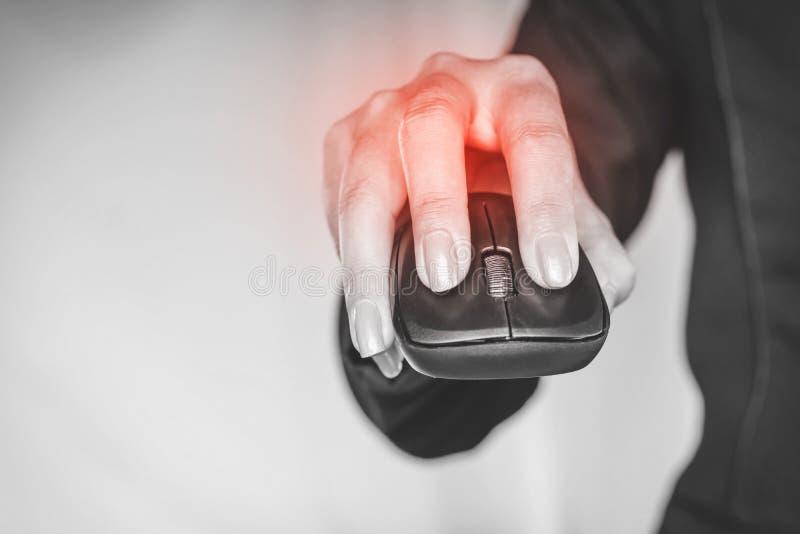 女商人对老鼠的一个过份用途造成的手痛苦 免版税库存照片