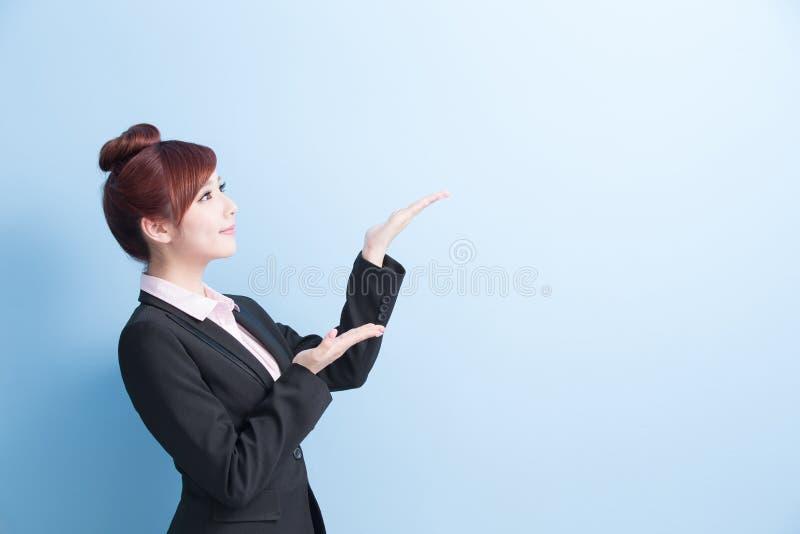 女商人展示某事 图库摄影