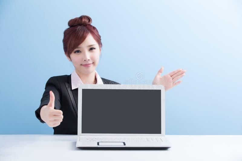 女商人展示计算机 免版税库存图片