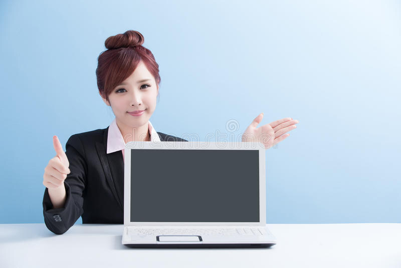 女商人展示计算机 免版税库存照片