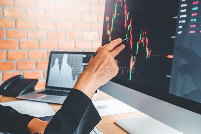 女商人成交谈论投资的股票市场图表股票市场贸易股票交易商概念 库存照片