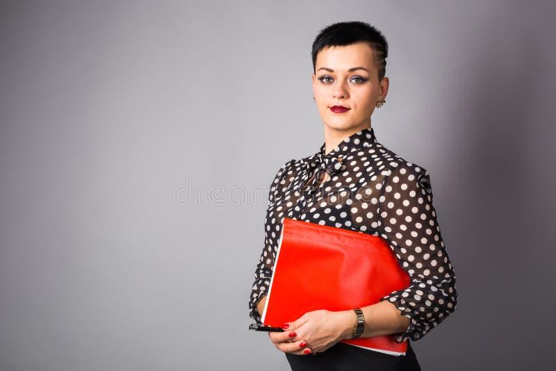 女商人或创造性的专家画象  灰色背景,与拷贝空间 免版税图库摄影