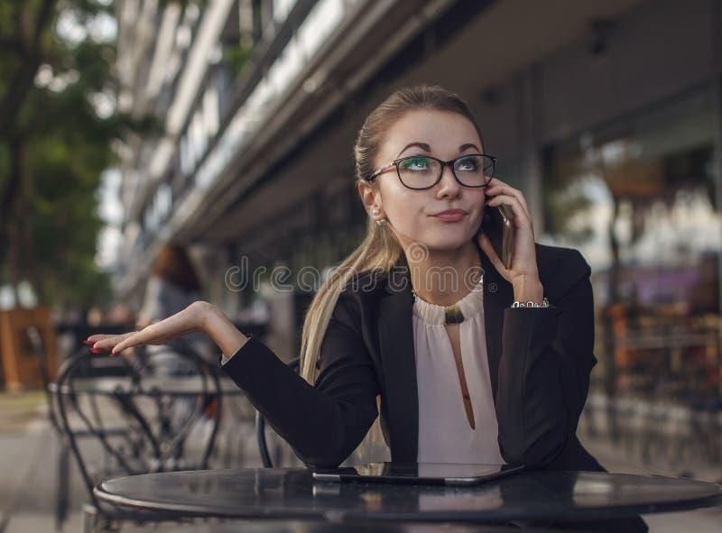 女商人或老师情感地谈话在手机 免版税库存照片
