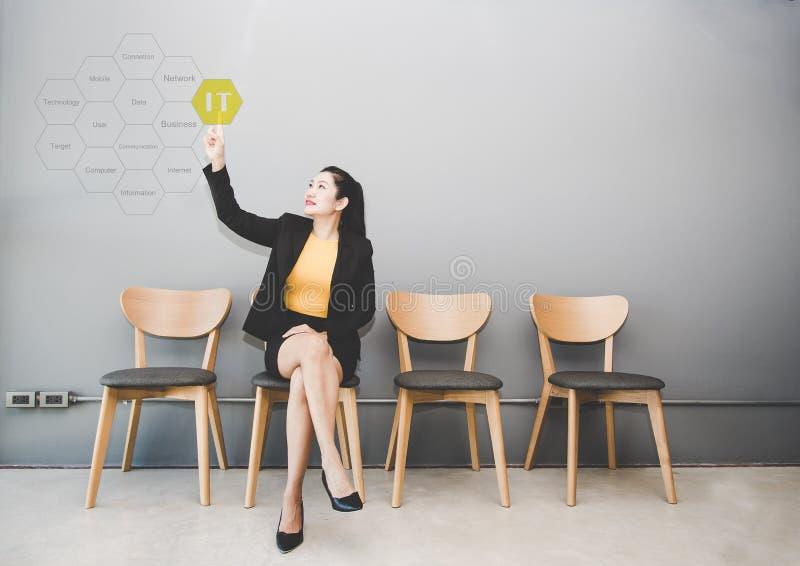 女商人接触当前关于信息技术的IT顾问标记云彩 库存图片