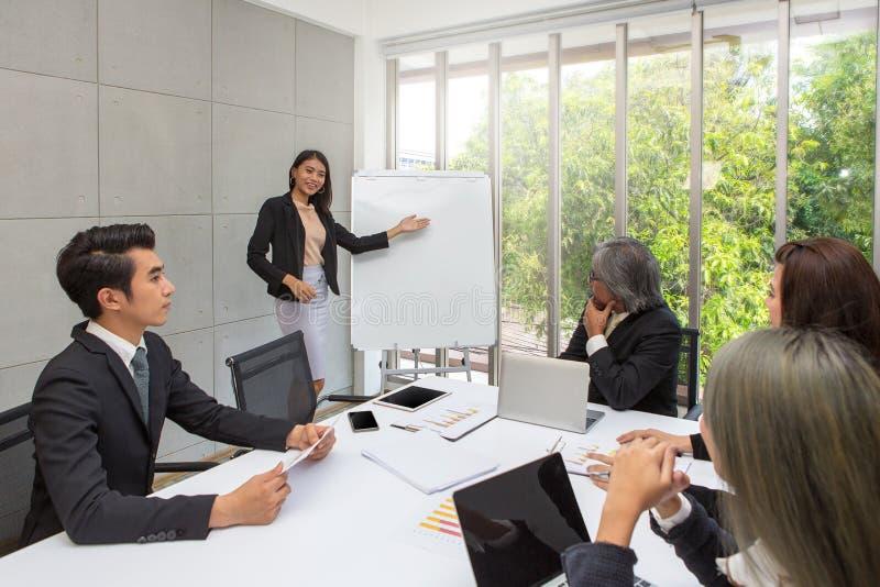女商人是存在候选会议地点 小组企业工作在办公室 队工作者谈经营计划 免版税图库摄影