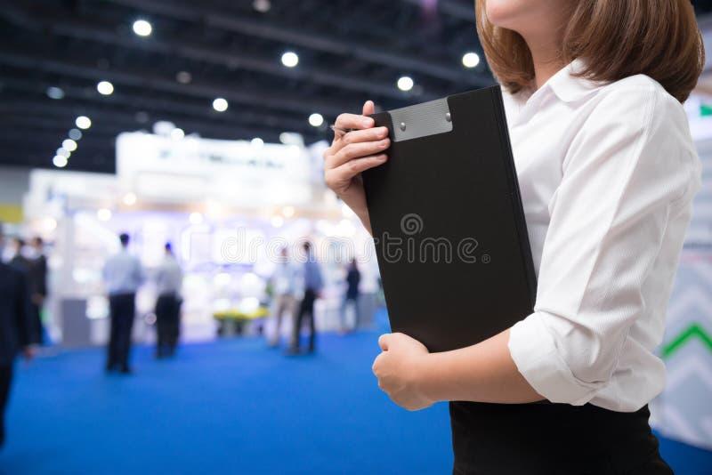 女商人有展览室背景 免版税图库摄影