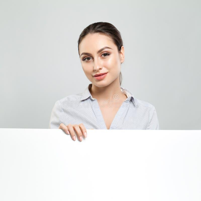 女商人有白色白纸横幅背景 少妇微笑,企业和教育概念 免版税库存照片
