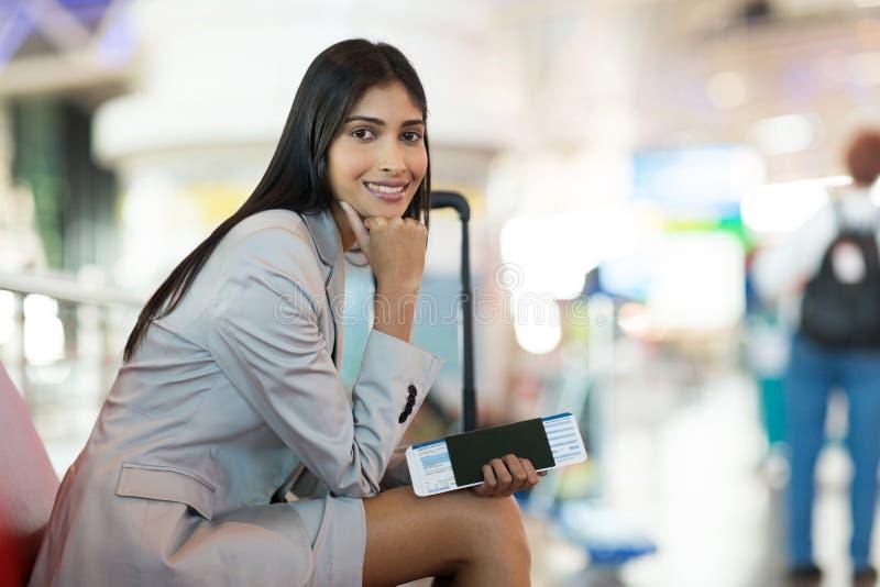 年轻女商人机场 免版税库存图片
