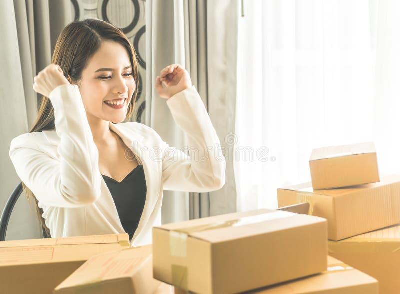 女商人满意对她的她的网上事务的网上指令 免版税库存图片