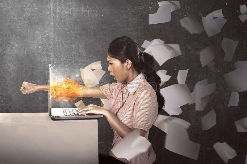 女商人生气与她的工作 免版税库存图片