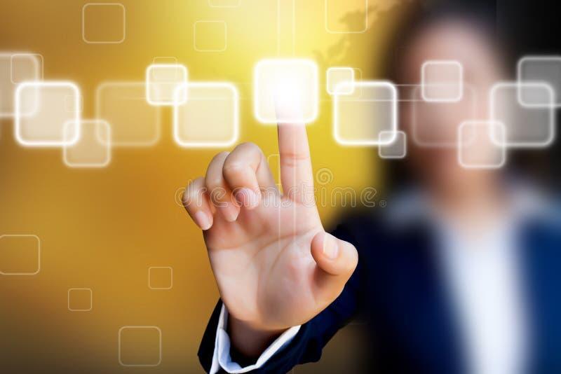 女商人的手按在触摸屏接口的一个按钮 免版税库存照片