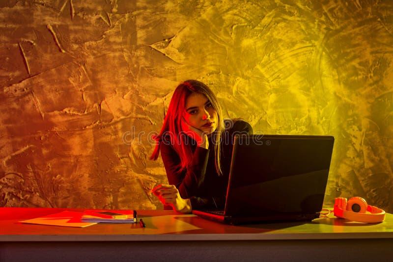 女商人研究膝上型计算机的,紧张情况 免版税库存照片