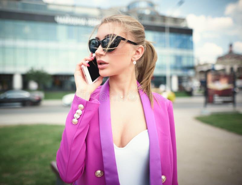 女商人街道和谈话在电话 库存照片