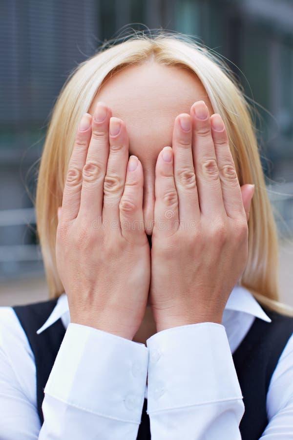 女商人覆盖物她的表面 免版税库存图片