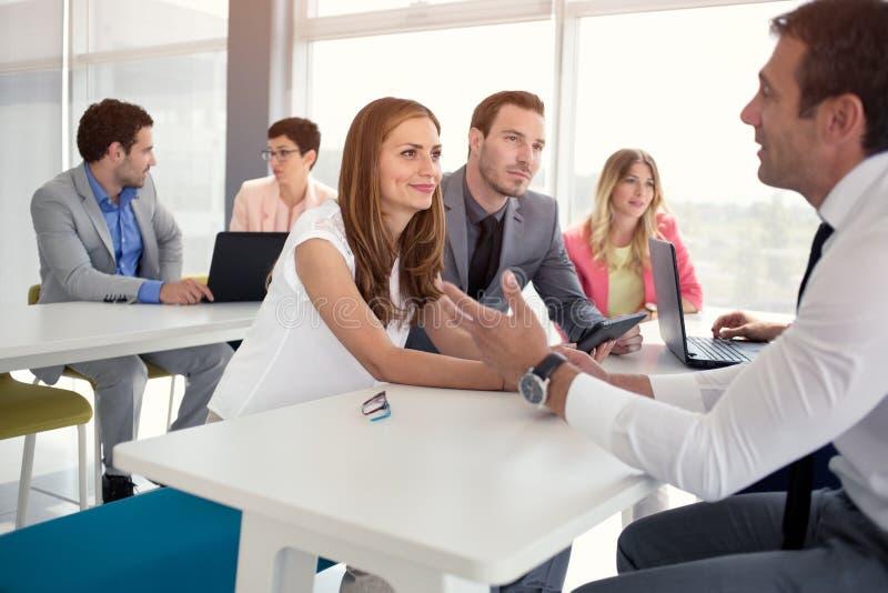 年轻女商人谈话与商人 免版税库存图片