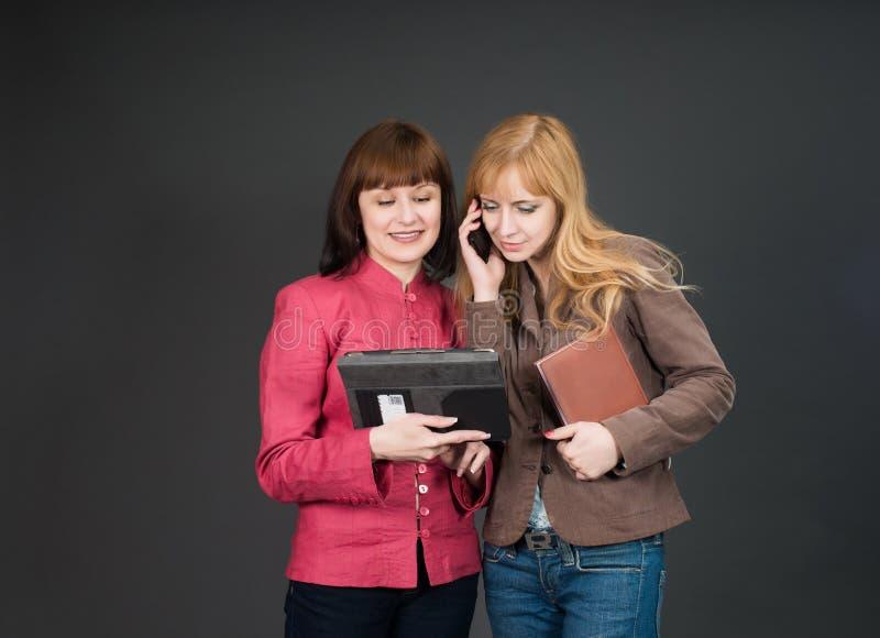 女商人谈话 配合 免版税库存照片