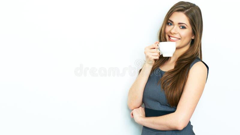 女商人饮料咖啡,拿着加奶咖啡杯子 免版税库存图片