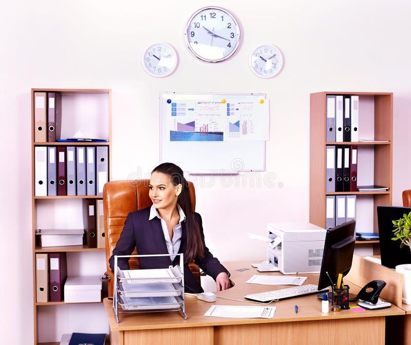 女商人经理在办公室。 免版税图库摄影