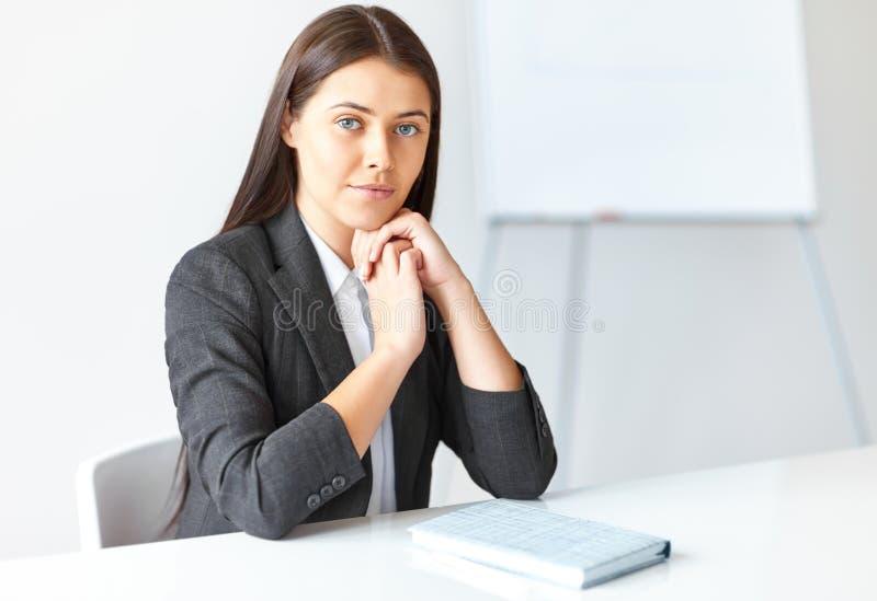 年轻女商人画象在办公室 免版税图库摄影