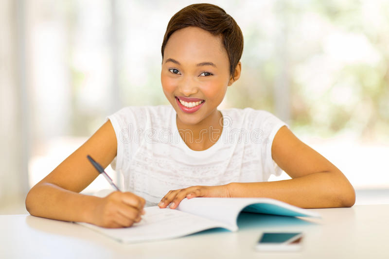 黑女大学生学习 免版税图库摄影