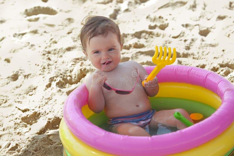 女婴可膨胀的一点池游泳 库存图片