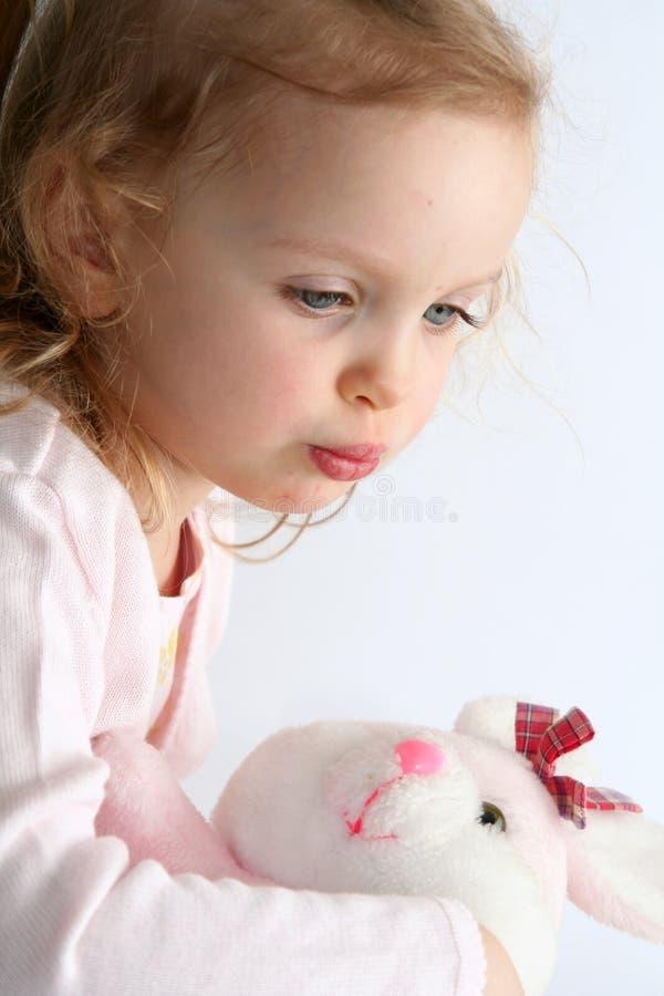 女婴和桃红色兔宝宝 免版税库存图片