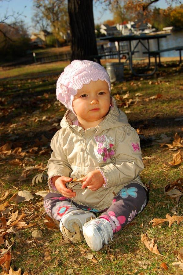 女婴在公园 库存图片