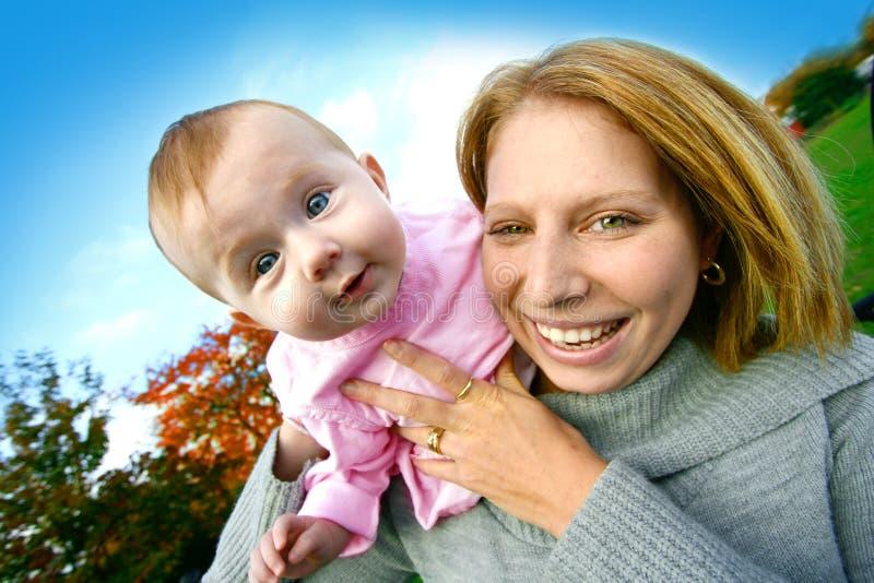 女婴她妈妈室外使用 免版税库存照片