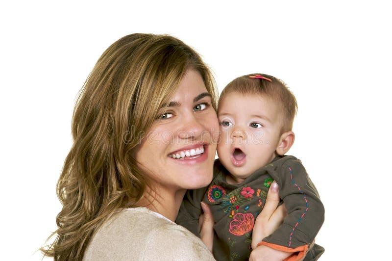 女婴她拥抱的母亲 免版税库存图片