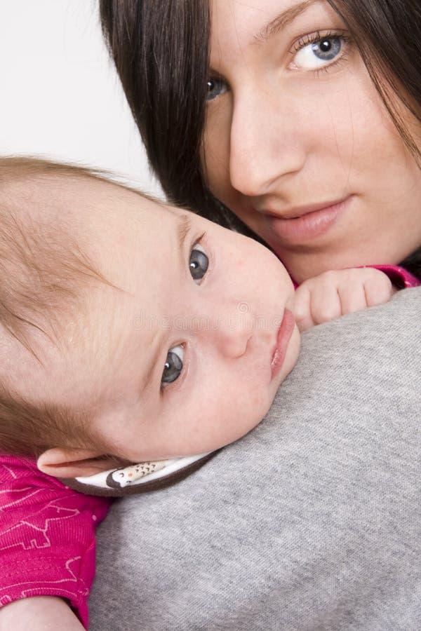 女婴她的母亲 免版税库存图片