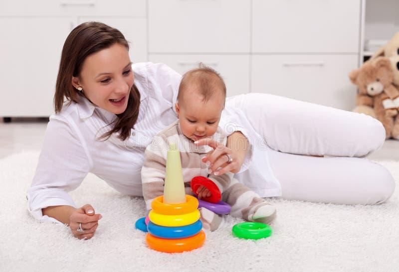 女婴家妈妈使用 免版税库存照片