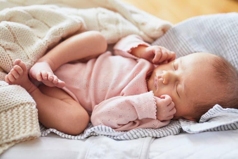 女婴新出生休眠 免版税图库摄影
