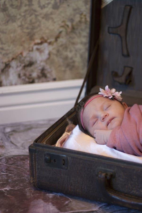 女婴新出生的手提箱 免版税图库摄影