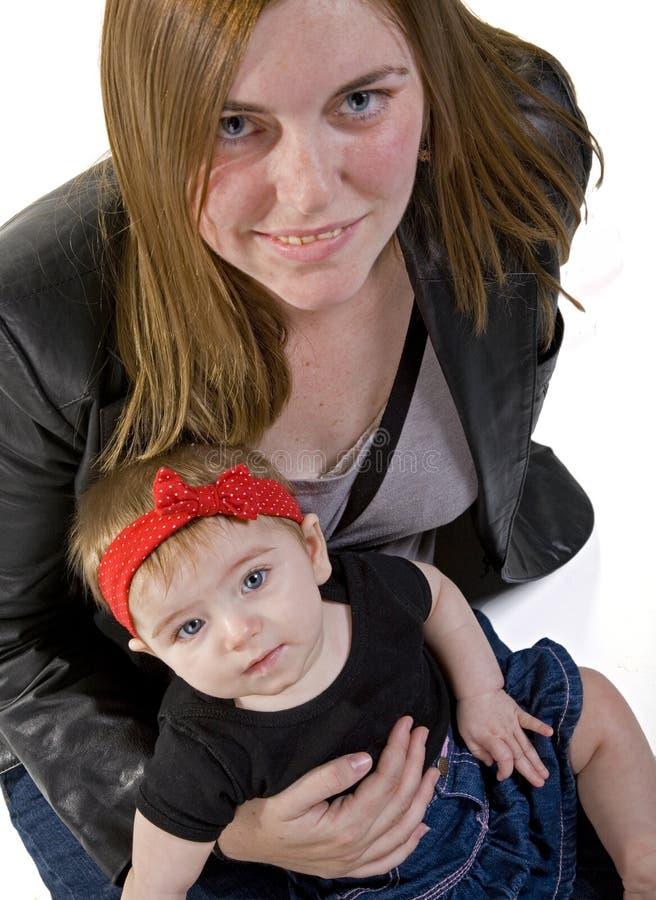 女婴母亲年轻人 免版税图库摄影