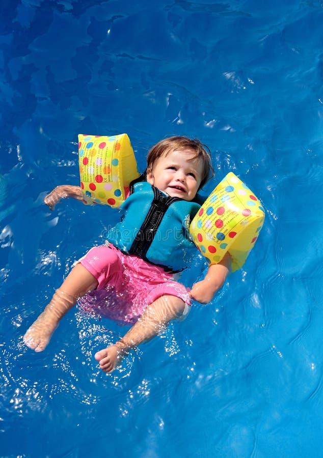 女婴池游泳 免版税库存照片