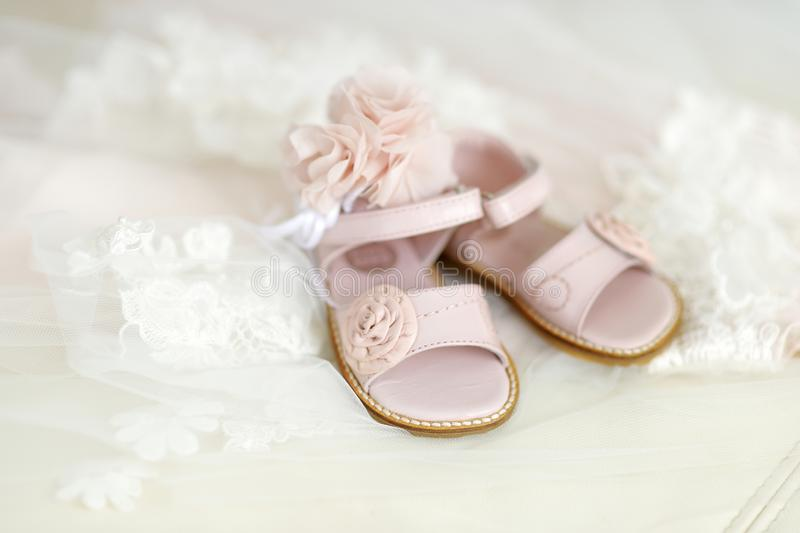 女婴洗礼仪式鞋子和头饰带 图库摄影