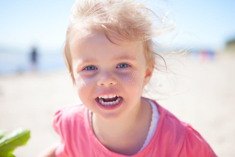 女婴海滩 免版税图库摄影