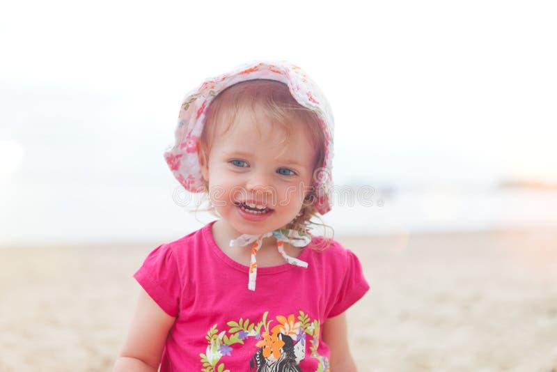 女婴海滩 免版税库存图片