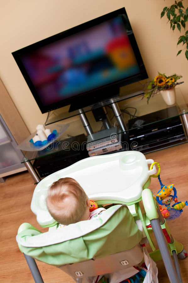 女婴电视注意 免版税库存图片