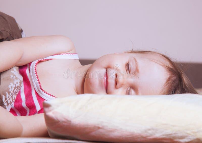 女婴睡觉美梦睡眠,健康治疗 免版税图库摄影