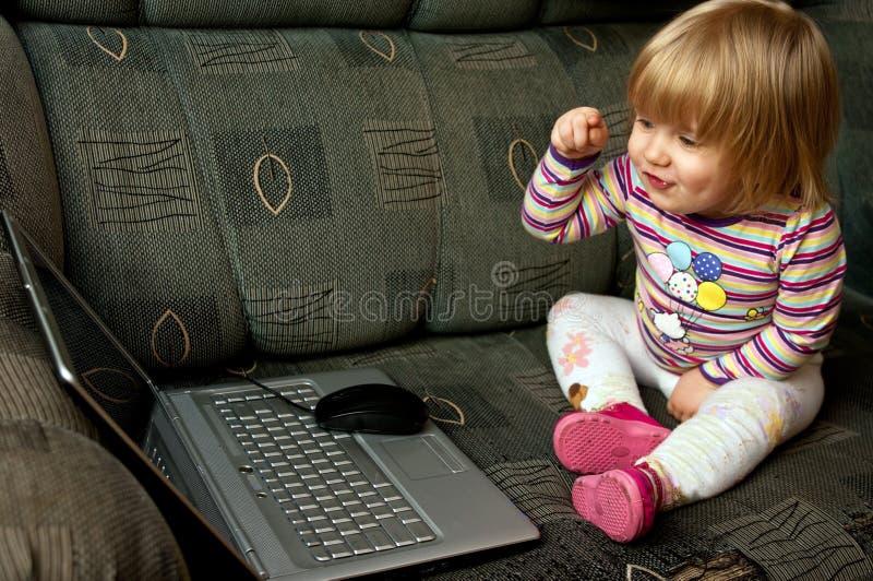 女婴膝上型计算机 库存照片