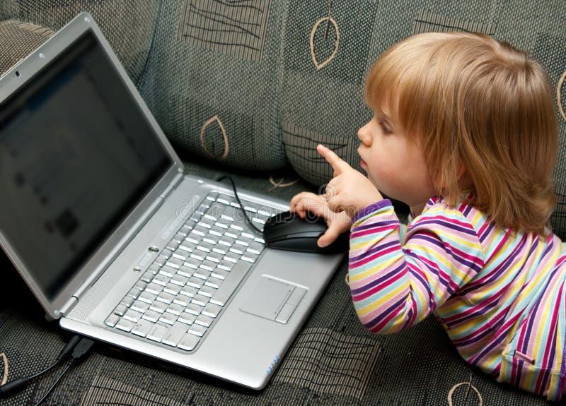 女婴膝上型计算机 免版税库存照片