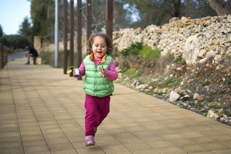女婴跑 免版税库存照片
