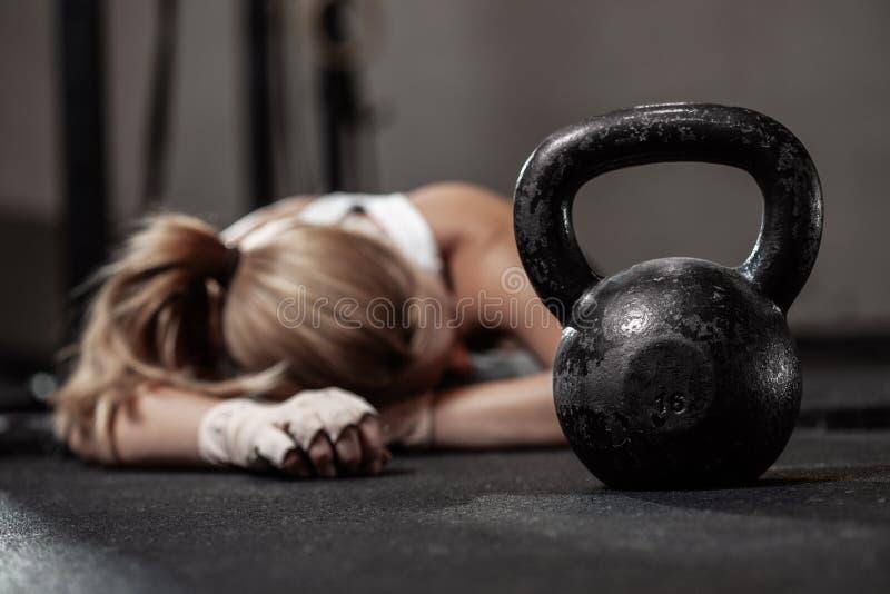 女子健美训练后的体能训练 免版税图库摄影